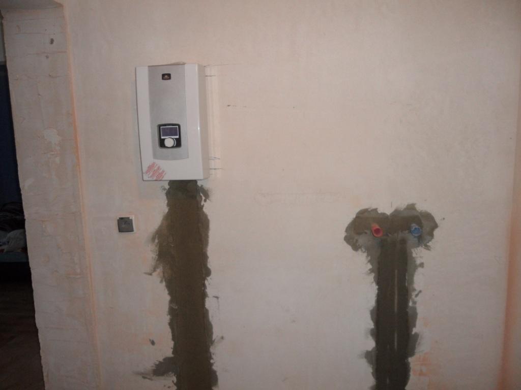 проточный водонагреватель в стене