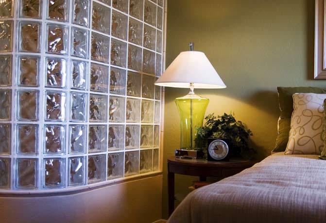 стена в спальне из стеклоблоков